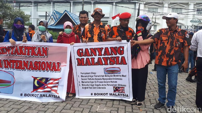 Foto: Konsulat Malaysia di Pekanbaru Didemo Soal Bendera SEA Games