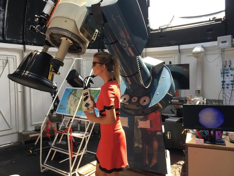 Mengintip Gaya Ivanka Trump Saat Lihat Gerhana Matahari Total