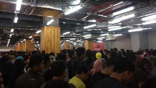 Ratusan orang berkumpul mendapatkan sepatu Nike yang didiskon