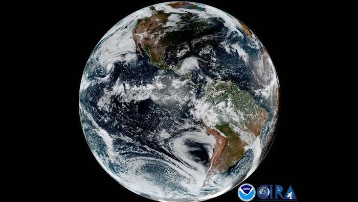 Bayangan bulan yang terlihat hitam di Bumi bagian atas. Foto: NOAA