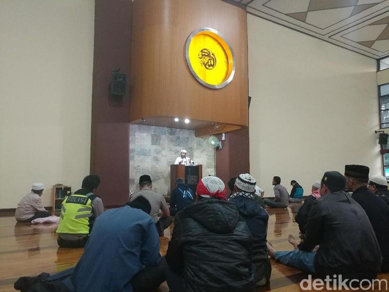 Dukung Buni Yani, Massa Salat Subuh Berjemaah di Masjid Istiqomah