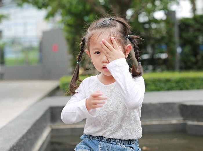 seorang gadis mengalami kerusakan mata permanen karena melihat matahari langsung. Foto: Thinkstock