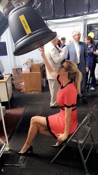 Ivanka Trump saat menyaksikan gerhana matahari total.