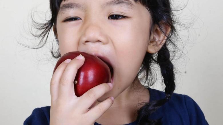 Ilustrasi anak makan buah/ Foto: Hassan/detikcom