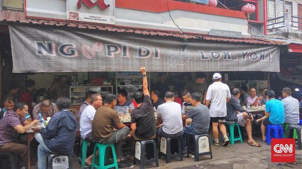 Antrean pengunjung yang memenuhi warung kopi Asiang