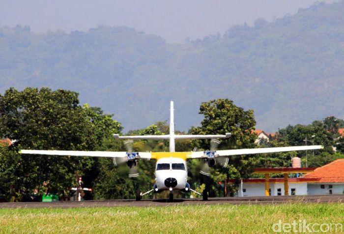 Pesawat karya anak bangsa ini lepas landas sekitar pukul 09.15 WIB di landasan pacu Bandara Husein Sastranegara, Jalan Pajajaran, Kota Bandung, Rabu (23/8/2017).