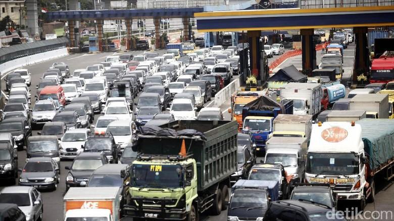 Tol Cikampek Arah Jakarta Macet 12 Km