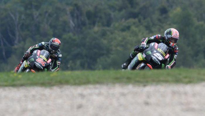 Dua pebalap Monster Yamaha Tech3. (Foto: Michal Cizek / AFP Photo)