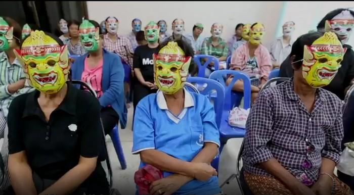Proyek tersebut disebut The Mask Pap Smear. Ini memungkinkan pasien dan dokter mengenakan topeng agar pasien tak canggung ketika harus bertemu dokter untuk tes pap smear. (Foto: BBC)