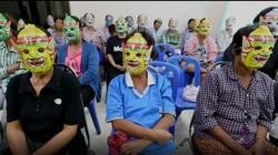 Tes pap smear penting untuk mencegah kanker serviks, tapi banyak wanita malu menemui dokter. Satu proyek di Thailand mengatasinya dengan membagikan topeng.