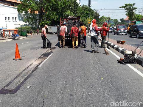 Jalan berlubang di jembatan Jalan Kebon Rojo ditambal/