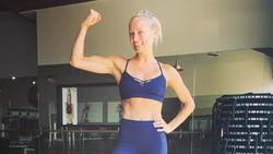 Punya tubuh seksi dan perut sixpack, tak heran para selebritis Hollywood memilih Simone De La Rue sebagai personal trainer mereka. Intip yuk olahraganya.