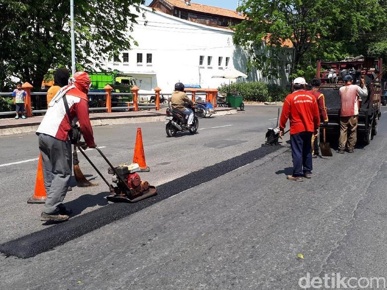 Jalan Berlubang Penyebab Bikers Jatuh, Ini Respon Cepat Dinas PU
