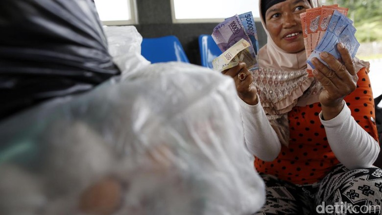 Foto: Belanja di pasar pakai Rupiah dan Ringgit (Rachman Haryanto/detikTravel)