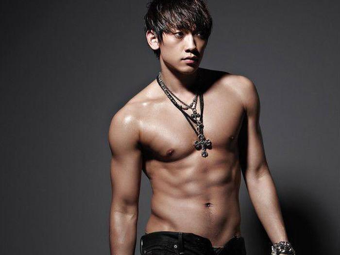Kurang afdal jika tidak menyinggung Jung Ji-Hoon atau Rain. Artis multitalenta ini dikenal sejak dulu dengan badannya yang tegak dan perutnya yang sixpack. Selain suka menari, Rain juga gemar bermain skateboard, basket dan berenang. (Foto: Pinterest).