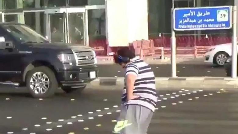 Remaja Ini Ditangkap Polisi Arab Saudi karena Bergoyang Macarena