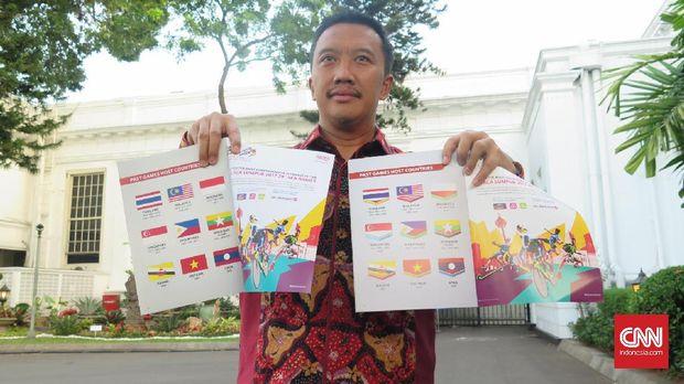 Mantan Menpora RI Imam Nahrawi saat menunjukkan buku saku SEA Games 2017 di Malaysia yang berisi bendera Indonesia terbalik. (