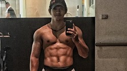 Berprofesi sebagai aktor laga membuat Iko Uwais harus memperhatikan bentuk tubuhnya. Ia pun dikenal sebagai aktor dengan perut sixpack dan otot yang besar.