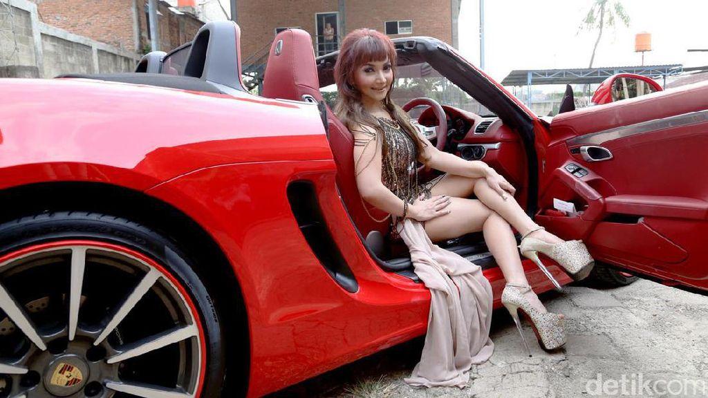 Roro Fitria dan Koleksi Mobil Mewahnya