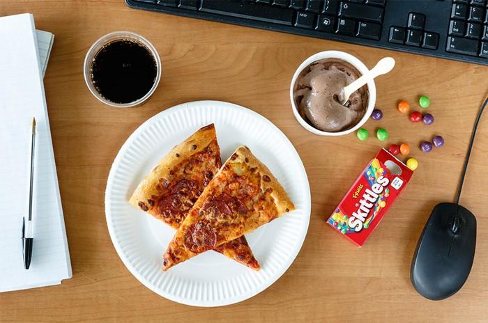 Di Amerika sejumlah karyawan kantor ternyata senang menikmati pizza untuk makan siang. Pizza diberi taburan topping pepperonilah yang paking disukai. Untuk menyeimbangkan rasa asin, pizza juga disantap bersama dengan Skittles, es krim cokelat dan juga minuman bersoda. (Foto: Istimewa)