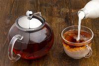 Mencampurkan teh dengan susu.