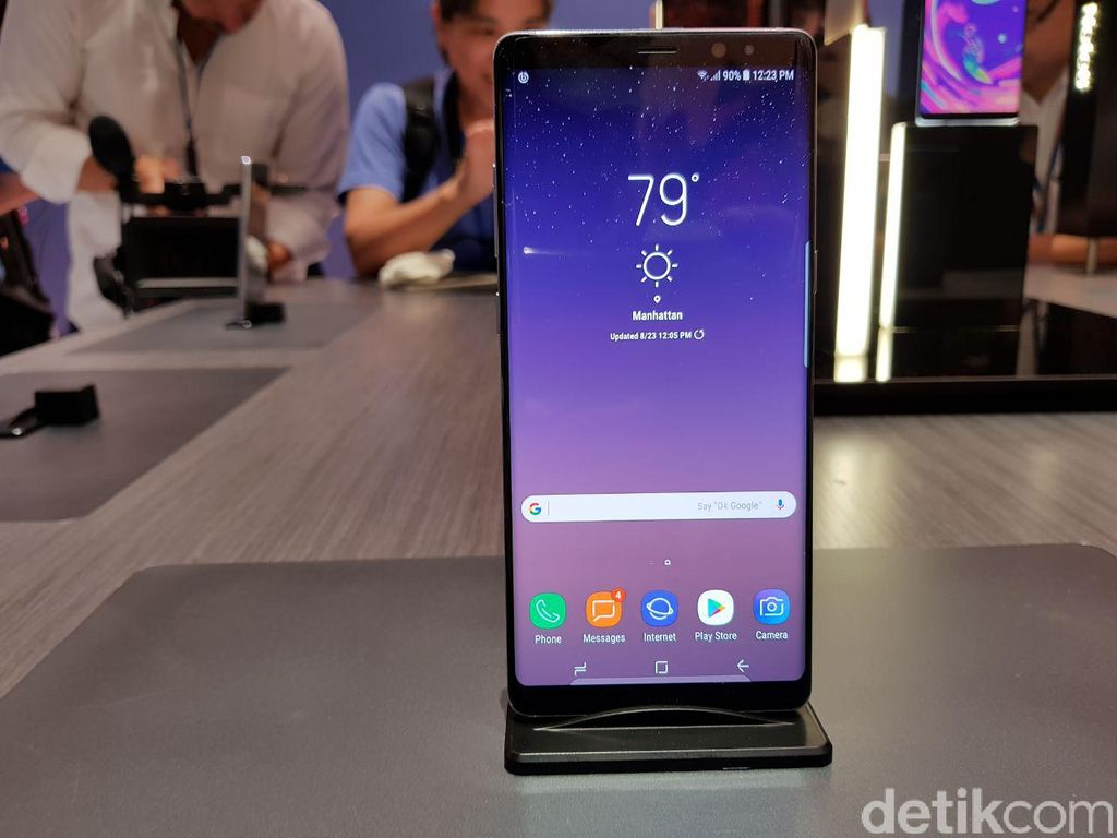 Samsung Galaxy Note 8 hadir dengan bentangan layar 6,3 inch. Foto: Achmad Rouzni Noor/detikINET