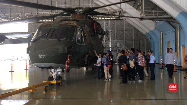 Pemeriksaan Heli AW 101 oleh petugas KPK, di Jkaarta, beberapa waktu lalu.