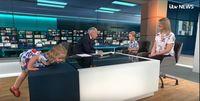 Momen Gemas Balita Naik ke Meja Presenter Berita Saat Siaran Langsung