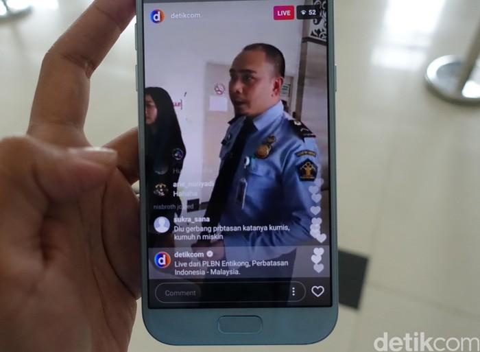 Live Instagram dengan staf PLBN Entikong (Foto: Rachmatunnisa/detikINET)