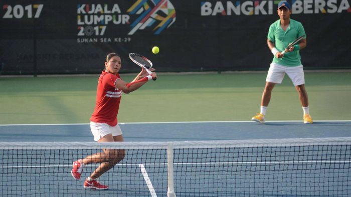 Christopher Rungkat, Jessy Rompies saat  tampil di tenis ganda campuran SEA Games 2017 Kuala Lumpur. (Dwi Ari Setyadi for detikSport)