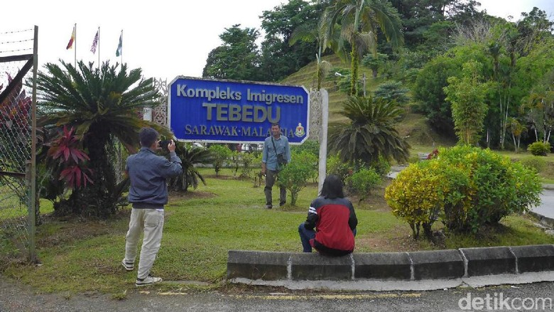 Foto: Traveler berfoto di area pos lintas batas Tebedu (Kurnia/detikTravel)
