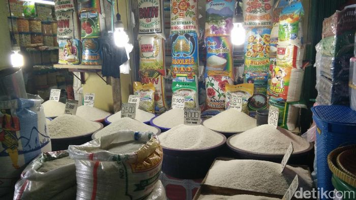 Pedagang beras Pasar Kramat Jati/Foto: Citra Fitri Mardiana/detikFinance