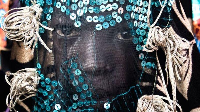 Festival ini bernama Egungun Festival. Festival ini merupakan perayaan keagamaan yang dapat dilihat di wilayah barat Afrika seperti Nigeria (BBC)