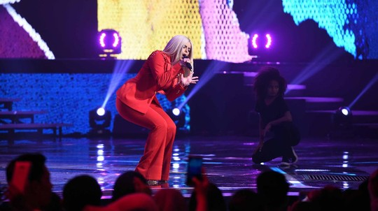 Sexy in Red! Penampilan Bebe Rexha di Indonesia