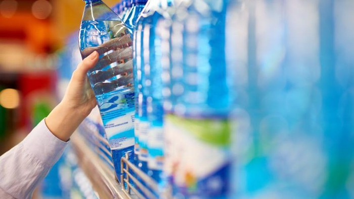 Ada alasan tersendiri mengapa air minum kemasan harus cepat dihabiskan. Foto: iStock