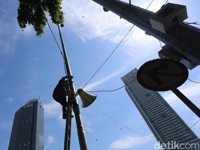 Petugas dari salah satu provider internet melakukan penambahan jaringan di kawasan Bundaran HI, Jakarta. Penguatan jaringan dilakukan guna menyambut Asian Games 2018.