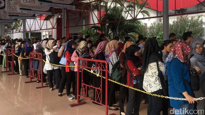 Ratusan orang berburu lowongan pekerjaan dalam Jobfair Kemenaker 2017 di Hall C, JIExpo Kemayoran, Jakarta Pusat, Jumat (25/8).