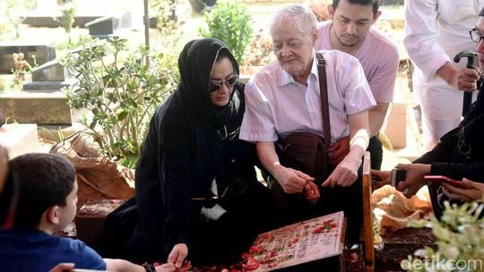 Isak Tangis Jane Shalimar di Pusara Sang Bunda