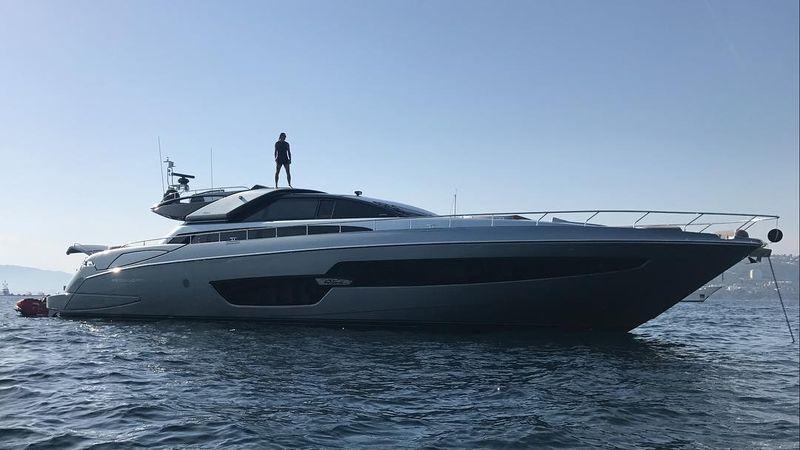 Kapal yacht super mewah ini milik operator Riva Yacht. Harga sewanya selangit! Mencapai Rp 400 jutaan per pekan (Instagram/@iamzlatanibrahimovic)
