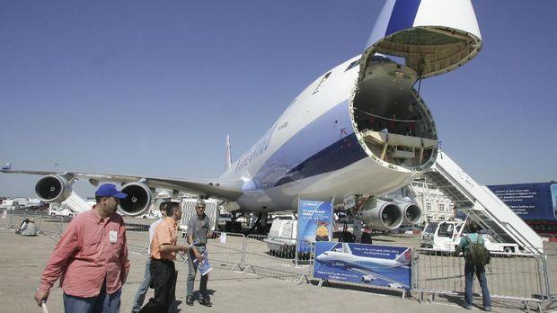 Boeing 747-400 Freighter digunakan untuk mengirim lebih dari 400 benda bersejarah Indonesia ke Belgia untuk Europalia 2017 , Oktober nanti.