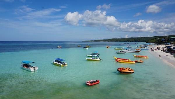 Bagi pemburu vitamin sea, Pantai Tanjung Bira adalah tempat yang cocok. (windra2/dTraveler)