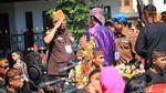 Berbaju Sunda Warna Ungu, Begini Gaya Jokowi Buka Karnaval Bandung