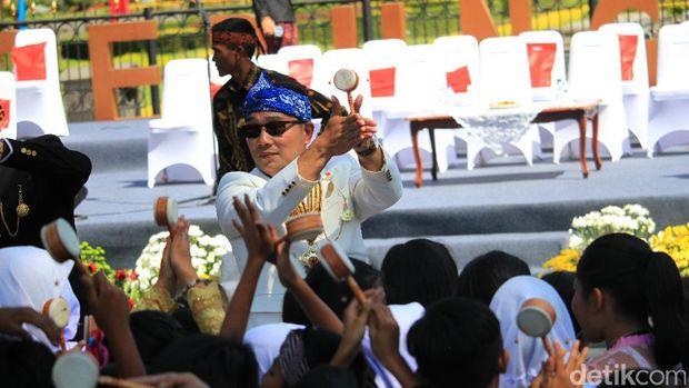 Dari 'Kereta Pancasila', Jokowi Bagi-bagi Kaos ke Penonton Karnaval