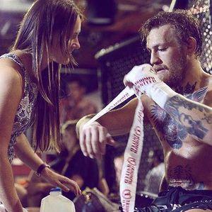 Conor McGregor Umumkan Pertunangannya dengan Dee Devlin