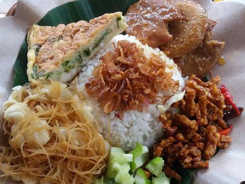 Nasi uduk yang gurih enak dinikmati untuk makan malam.