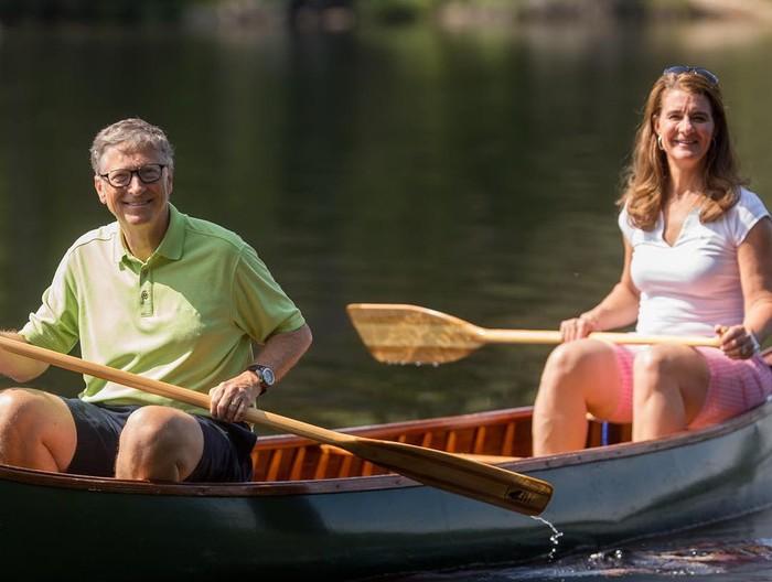 Foto: Bill Gates dan istrinya saat main kayak (Instagram/@melindafrenchgates)