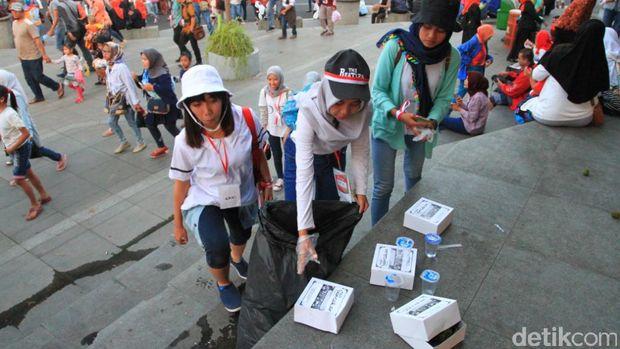 Pasukan Semut membersihkan area Taman Vanda, Bandung.