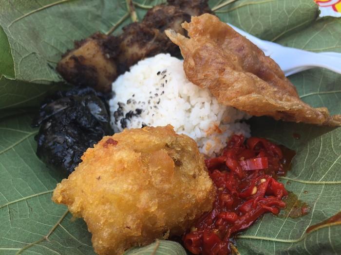 Kalau ada di Cirebon harus sarapan nasi jamblang. nasinya dibungkus daun jati dengan lauk semur tahu, sotong hitam, sambal iris, perkedel dan empal. Sedap dan mengenyangkan.Foto: detikFood