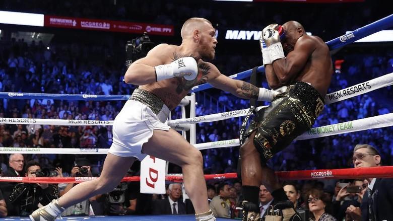 Foto: Duel Mayweather vs McGregor di Atas Ring Tinju