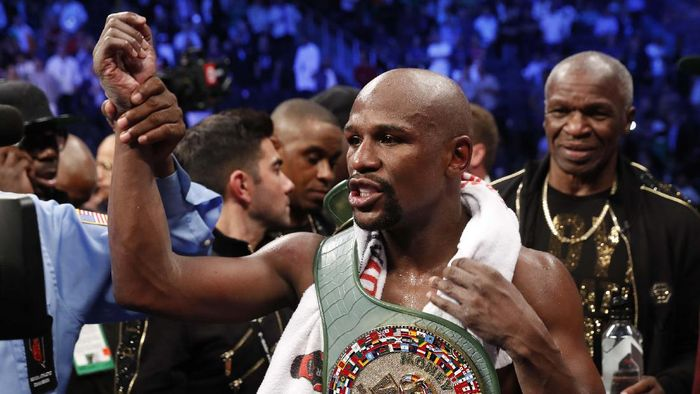 Boxing - Floyd Mayweather Jr. vs Conor McGregor - Las Vegas, USA - August 26, 2017  Floyd Mayweather Jr. in action with Conor McGregor REUTERS/Steve Marcus
